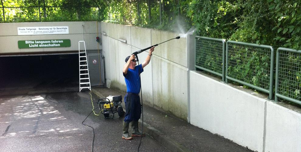 Wir reinigen für Sie auch Außenanlagen in Augsburg, wie zum Beispiel eine Tiefgaragenzufahrt.